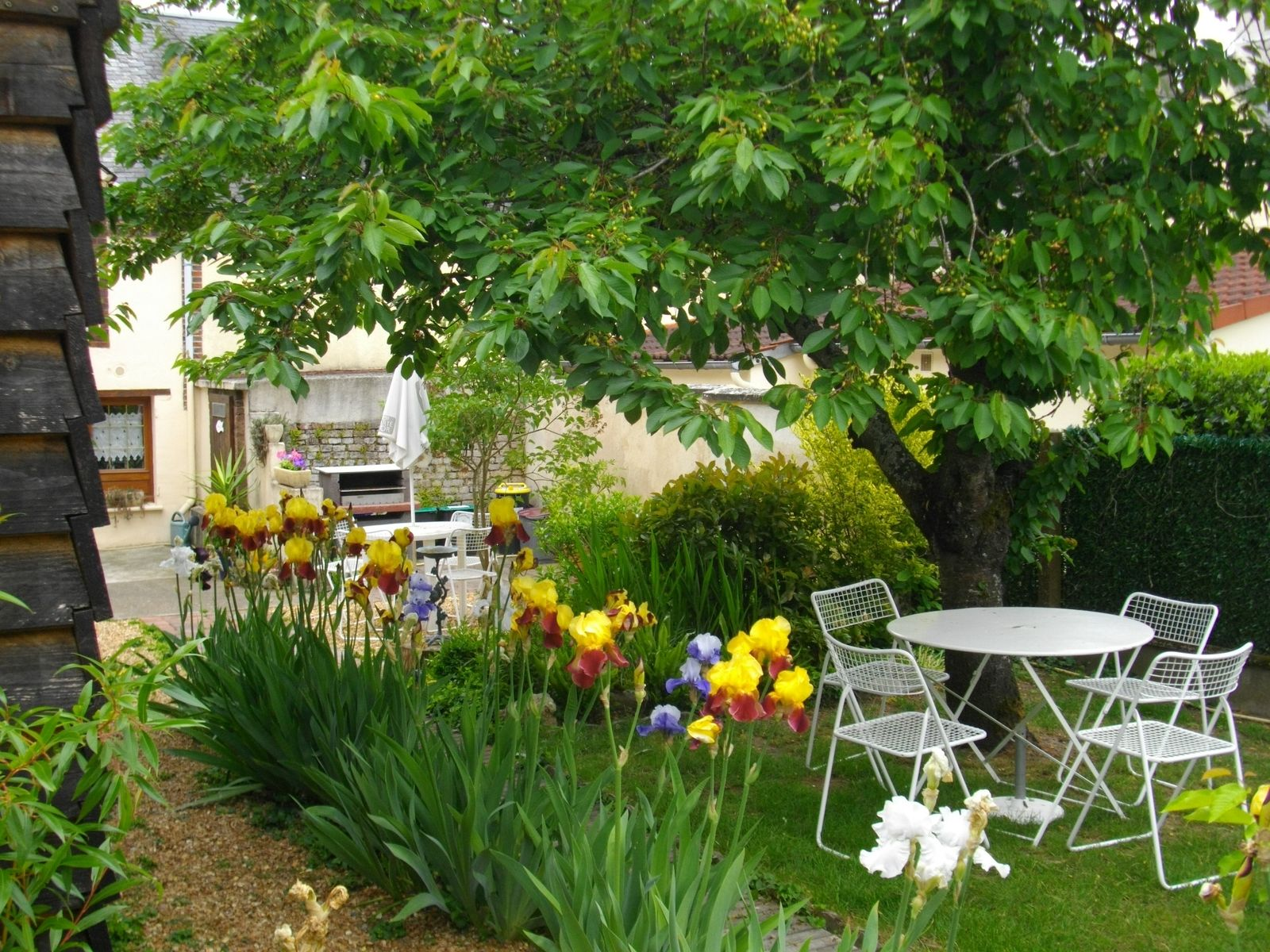 Jardin fleuri avec terrasse, barbecue et local pêche