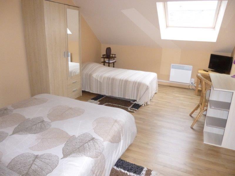 Grande chambre à l'étage, avec 1 grand lit et 1 petit lit