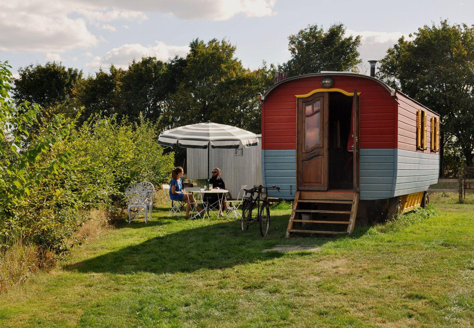 La roulotte et son salon de jardin