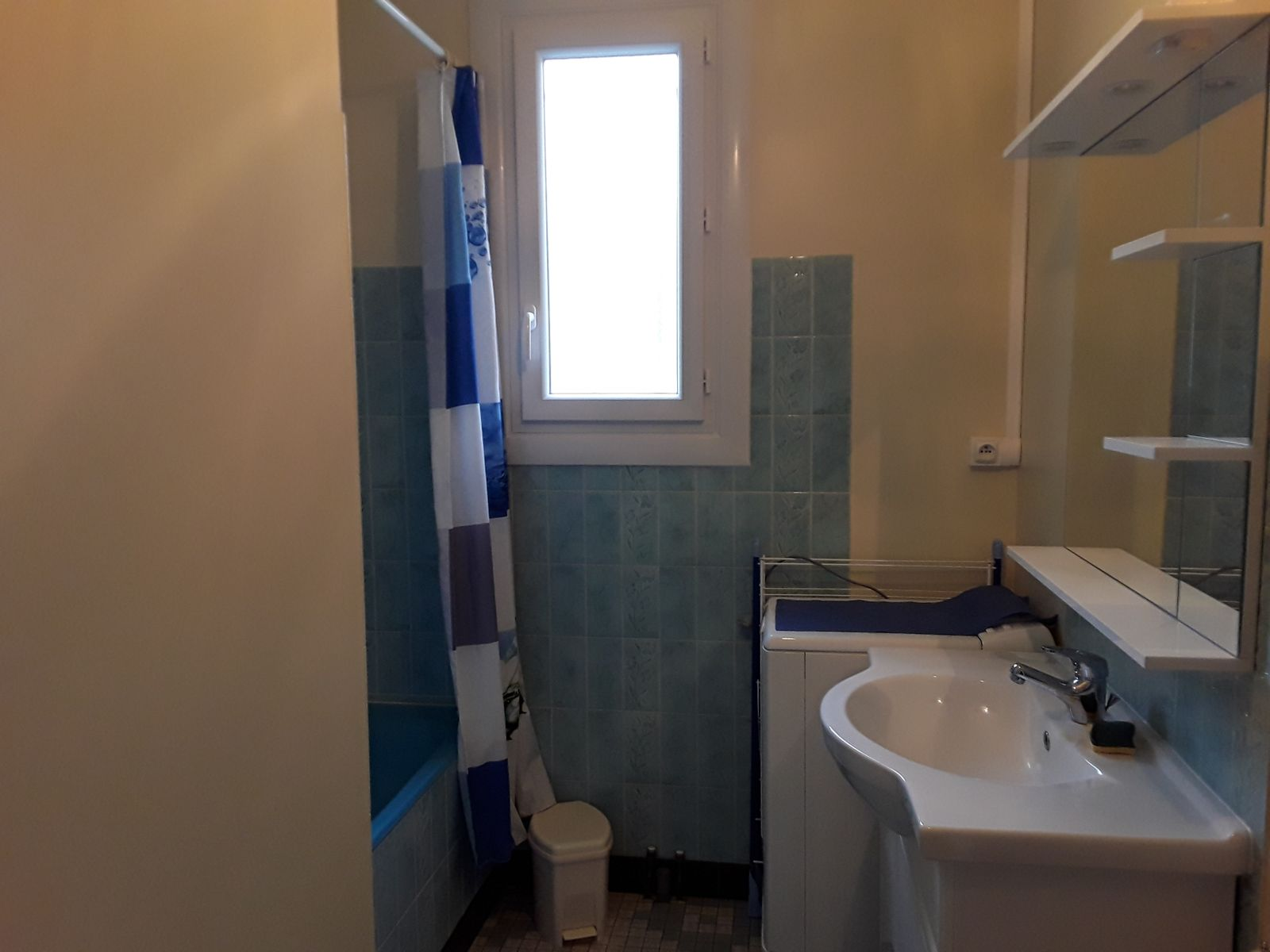 salle de bain avec poignée baignoire