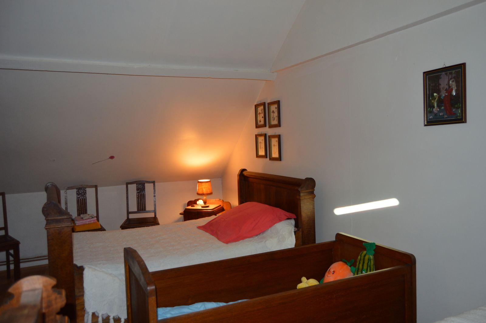 chambre 2 au premier etage : deux lits de coin +Lit d'enfant