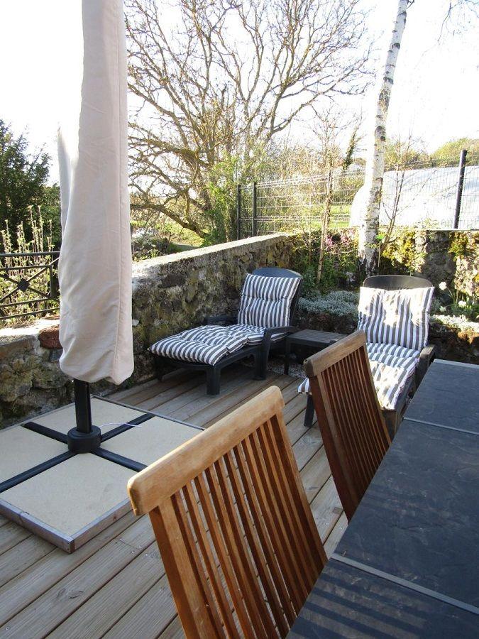 Espace détente en terrasse 1;une autre sur l'arrière avec gazon et chaises longues
