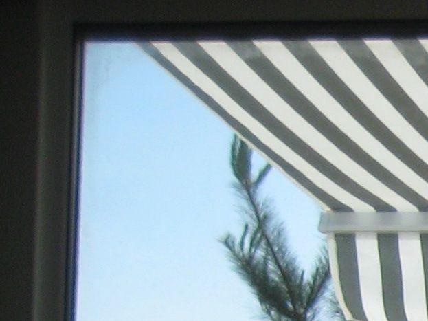 La terrasse vue du salon par les baies vitrées