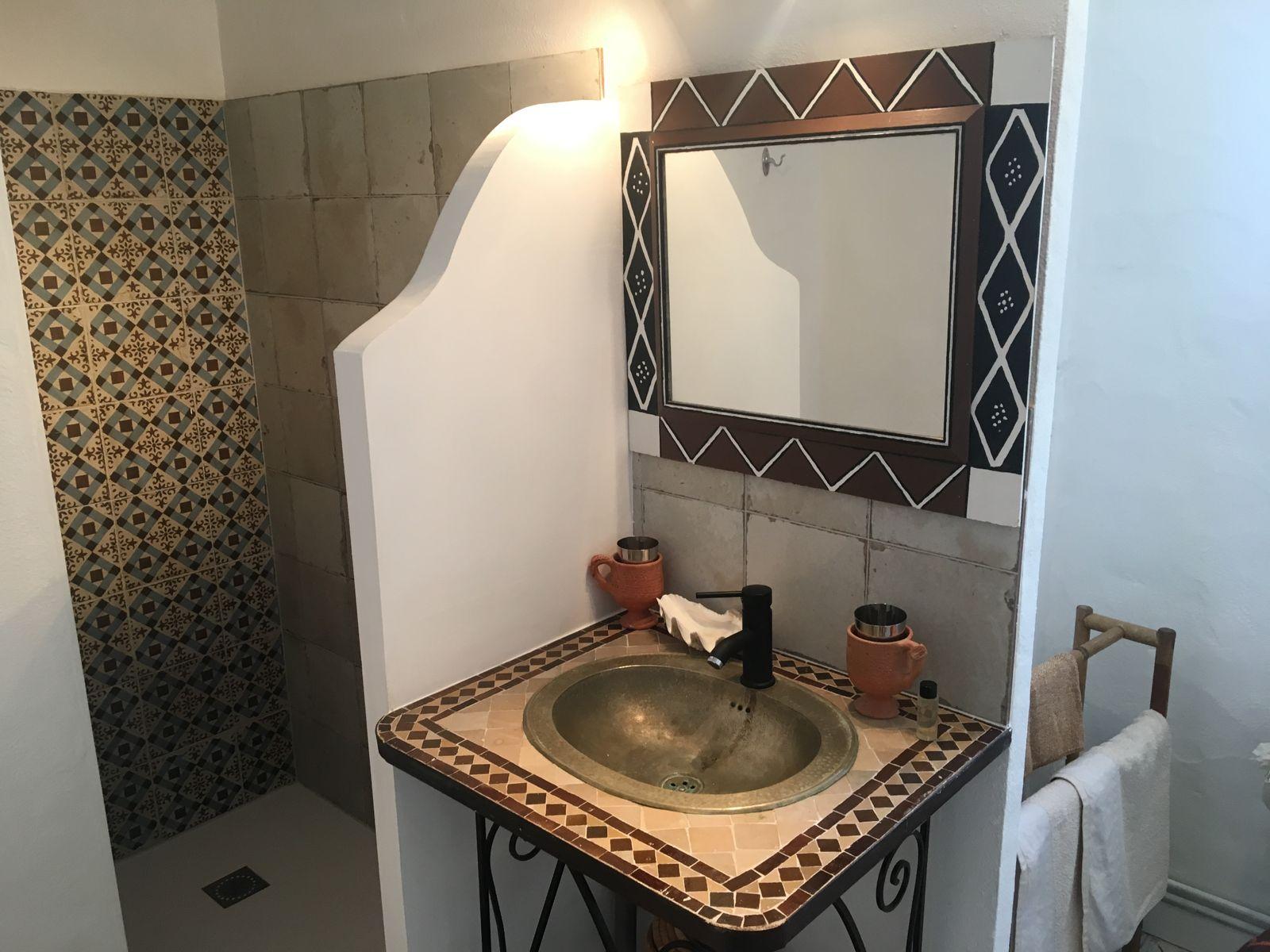 salle d'eau  douche à l'italienne et sa vasque marocaine