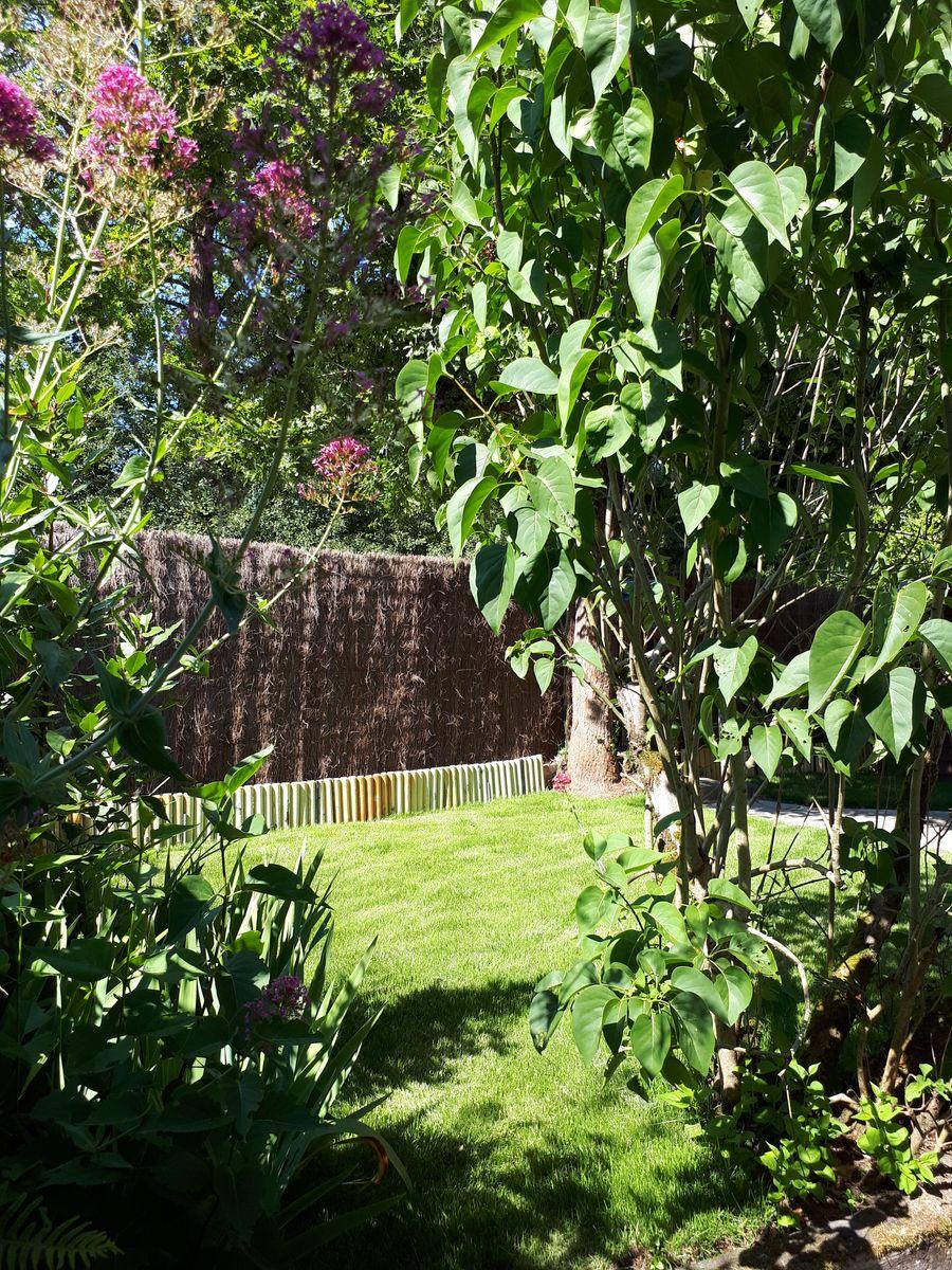 Petit jardin clos donnant sur le chemin de randonnée