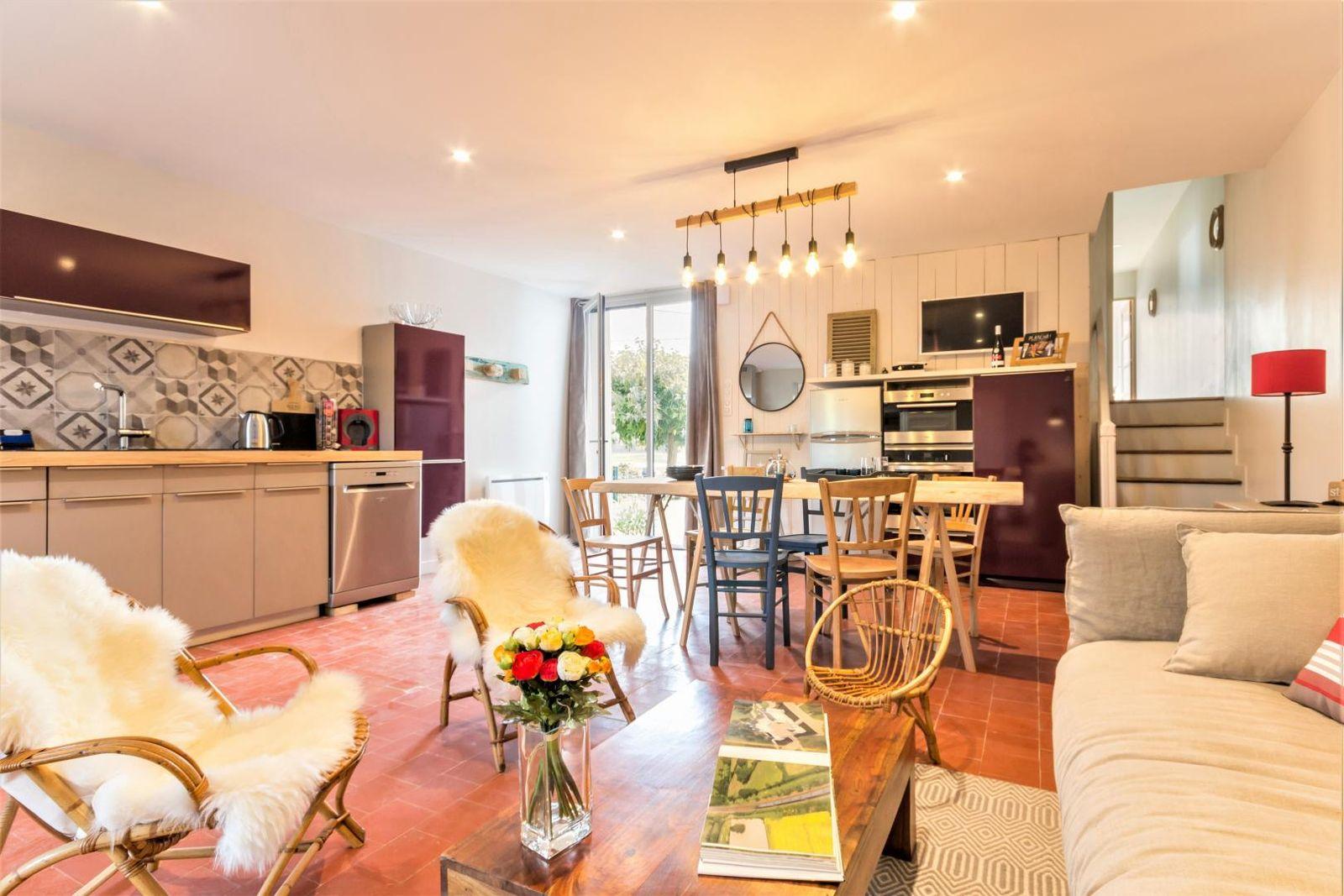 La cuisine ouverte sur l'espace de vie bénéficie d'une double exposition : côté Loire et côté jardin.