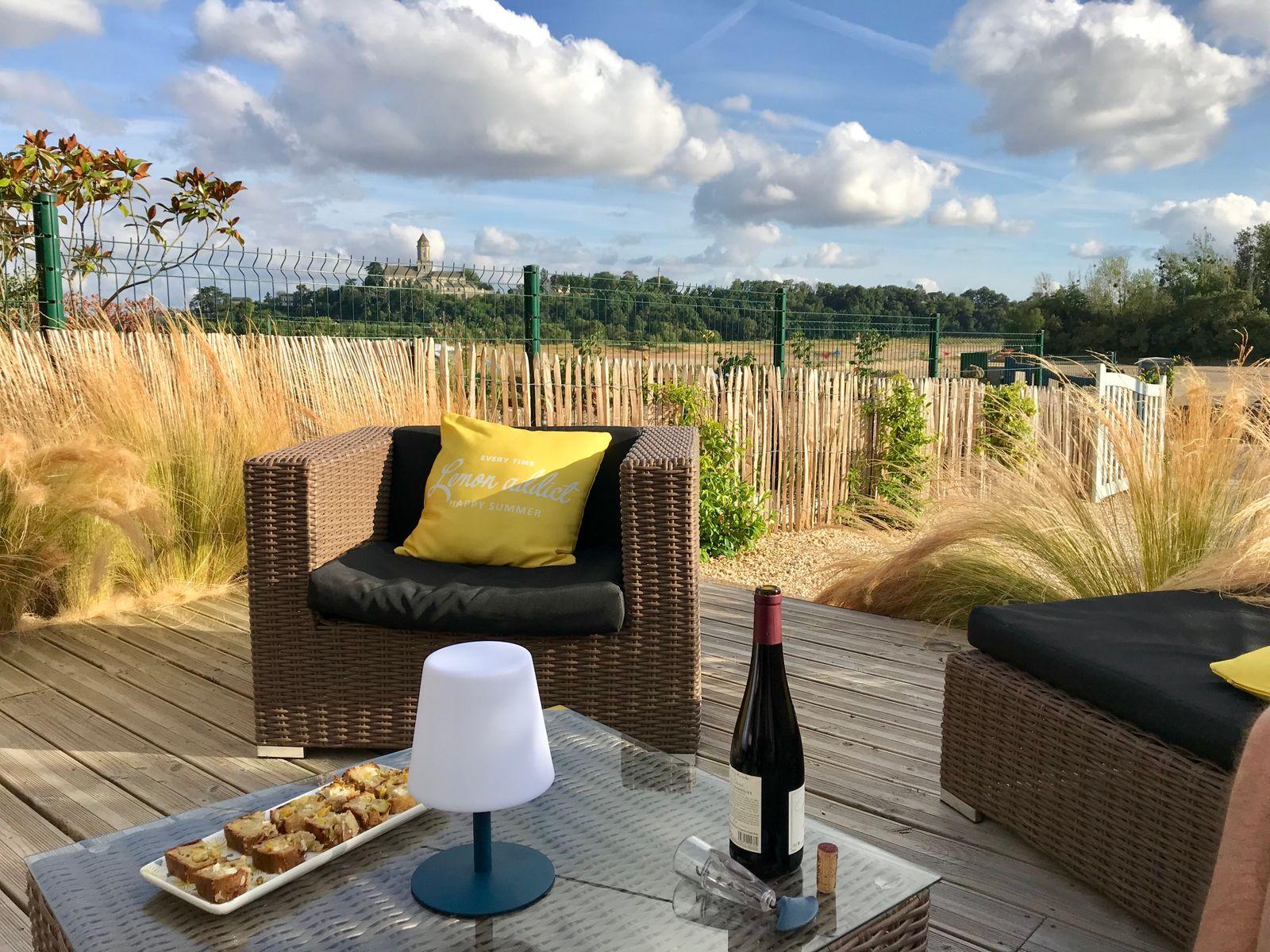 Terrasse avec une vue magique sur la Loire et l'abbatiale de Saint-Florent-le-Vieil