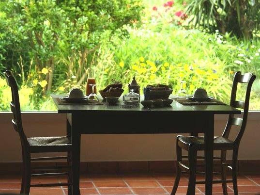 Petit déjeuner au salon devant la baie vitrée
