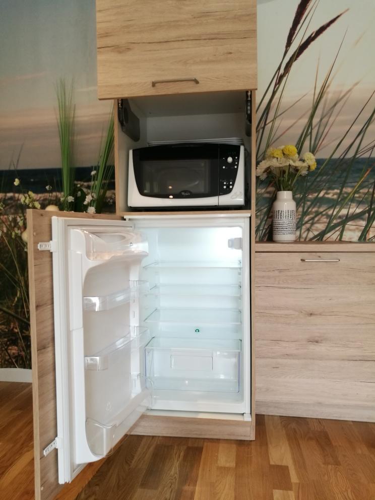 frigidaire, micro-ondes et vaisselles à disposition