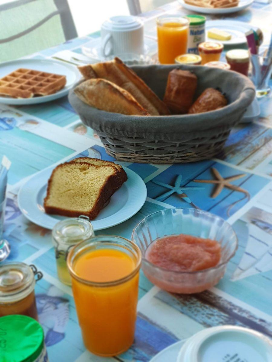 petit déjeuner au bord de la piscine