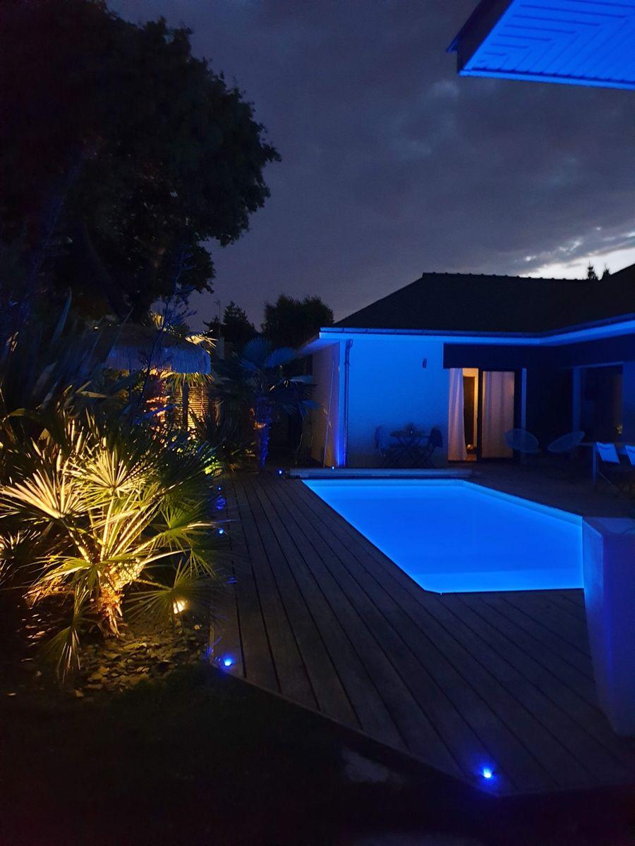 un soir d'été au bord de la piscine