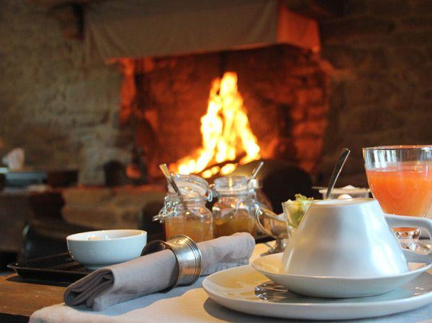 Petit déjeuner au coin du feu en hiver