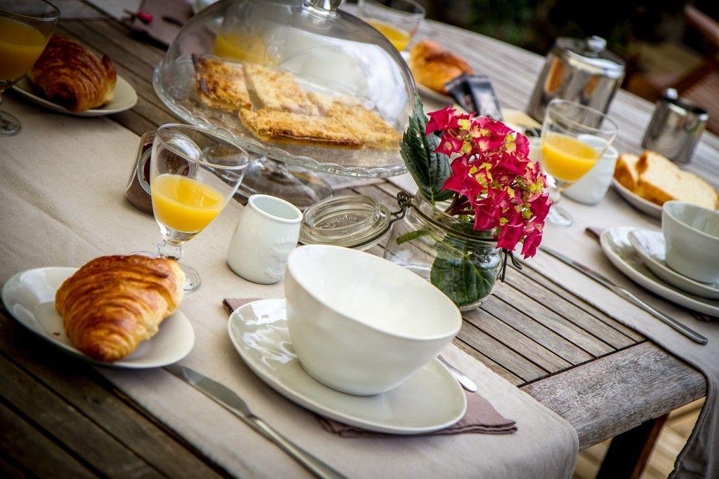 Petit déjeuner au jardin en été