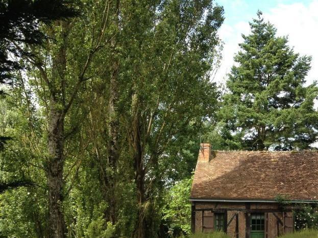 façade et aperçu du jardin, le gite a son jardin et il est sans vis à vis