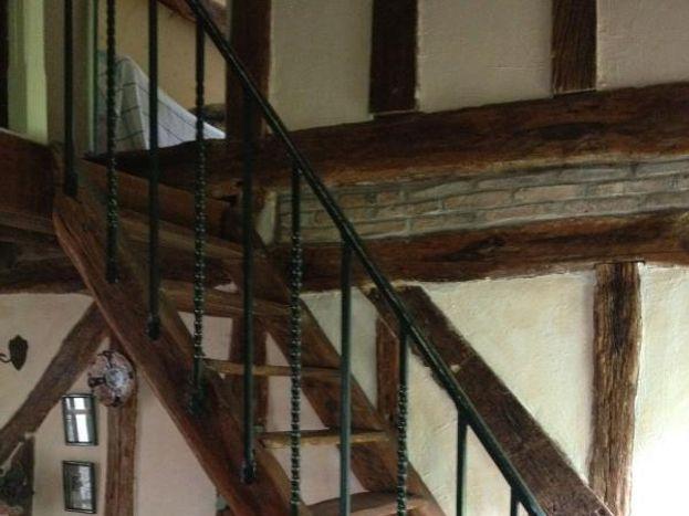 accès à l'étage, l'escalier assez raide ne convient pas aux très jeunes enfants
