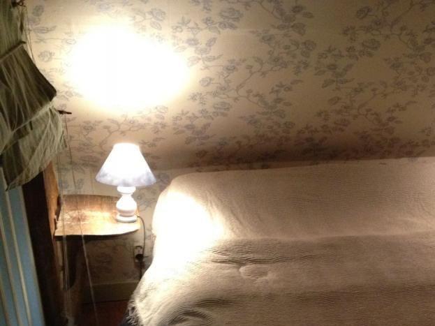 lit double à l'étage situé sur une mezzanine