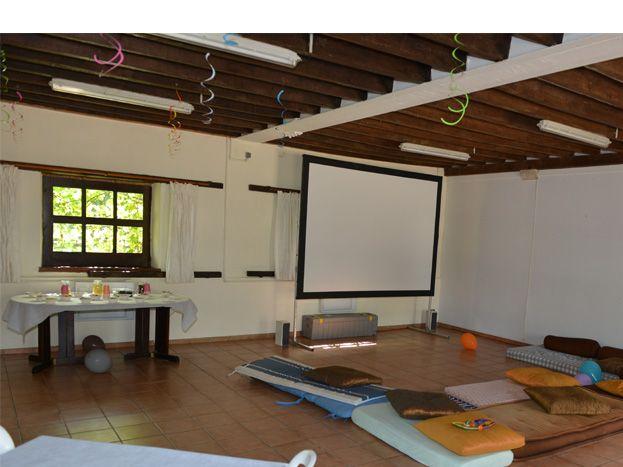 Salle de séminaires aménagée en salle de jeux pour enfants