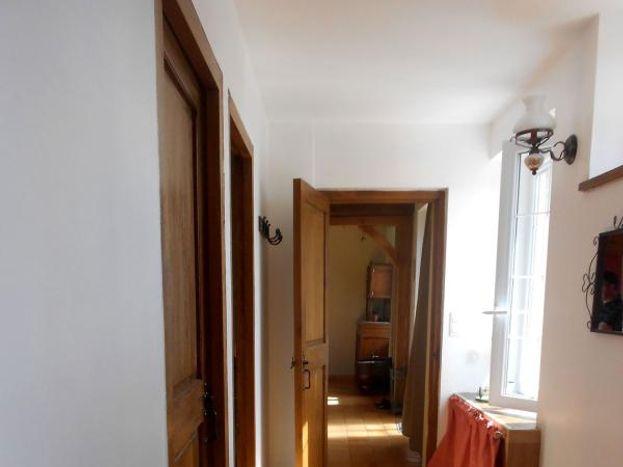 couloir désservant la salle da bain et les chambres