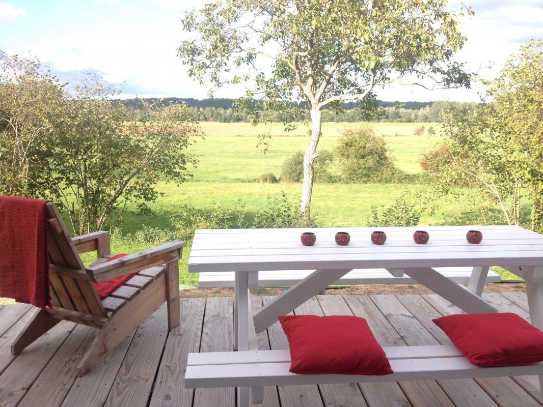 La terrasse en bois et son mobilier de jardin.