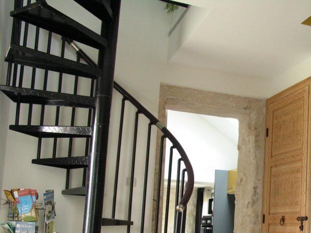 Un colimaçon, qui mène à l'étage sous pente qui abrite 2 lits simples (idéal pour les enfants ou jeunes adultes)
