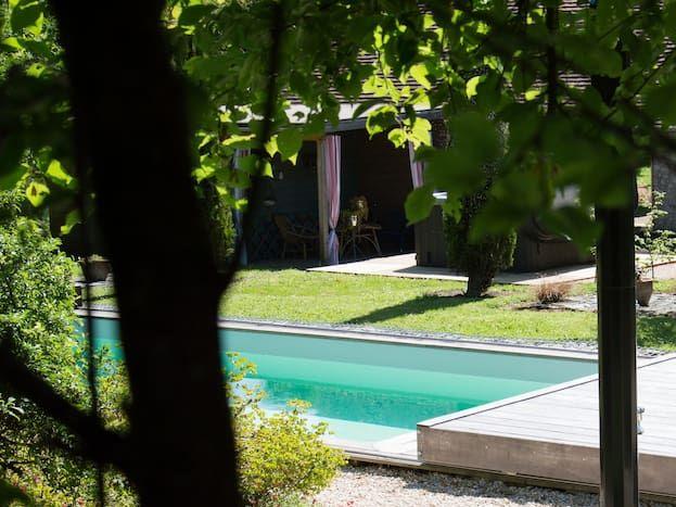 S'accorder un moment pour soi au bord de la piscine