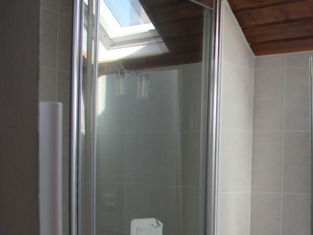 Etage :douche attenante à la chambre gauche
