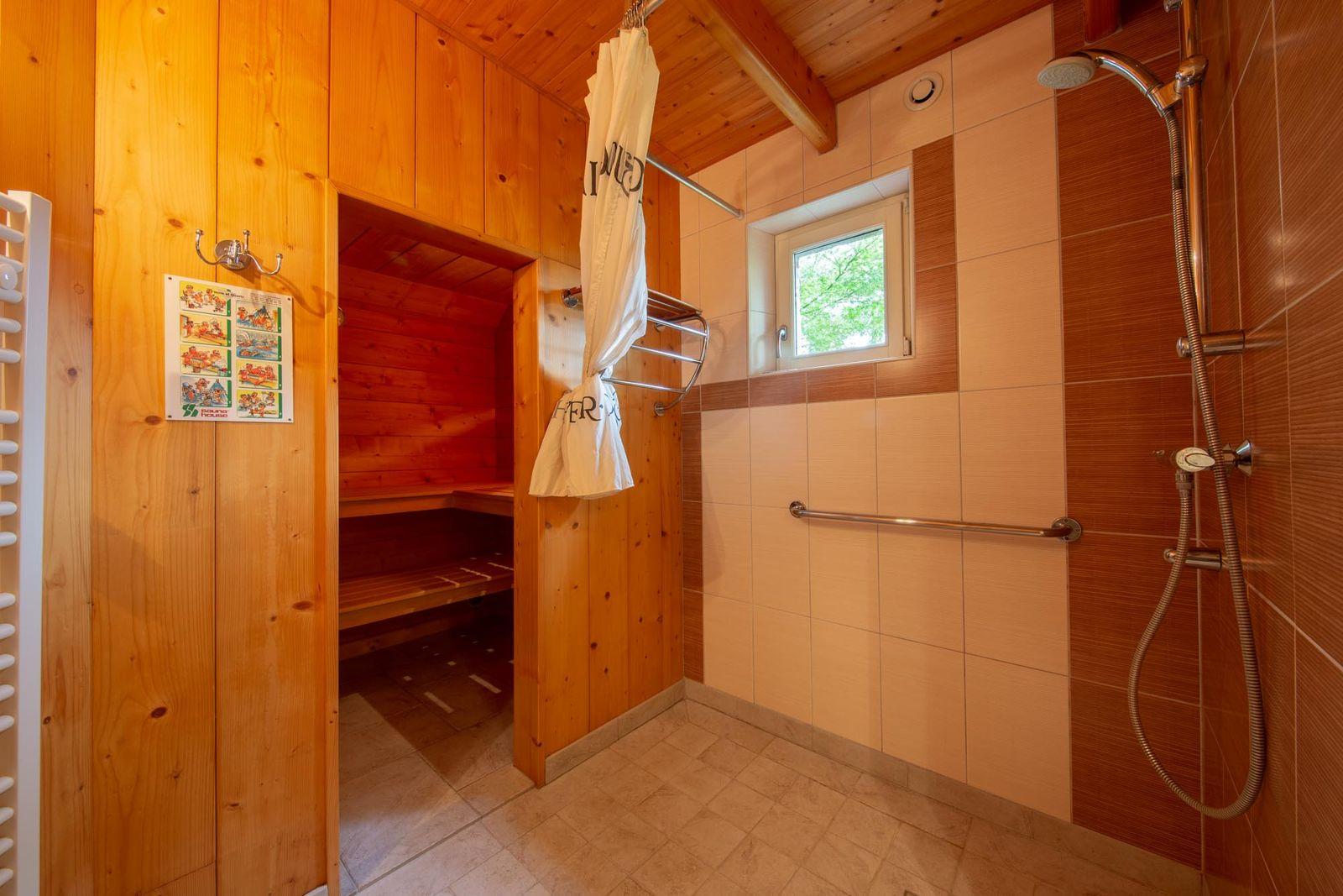 Depuis la salle d'eau, accès au sauna.