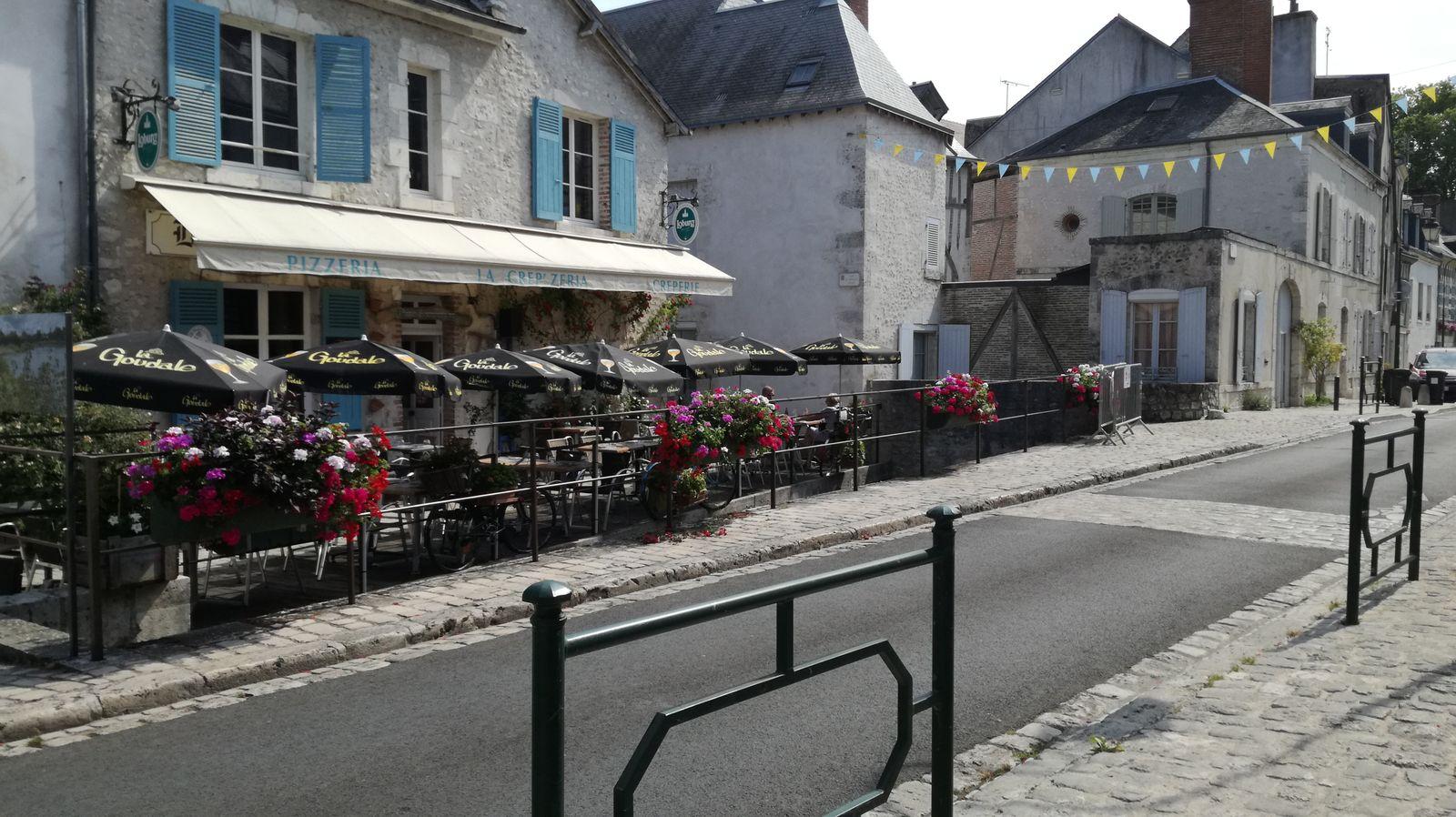 Rue du Pont très fleurie en période estivale