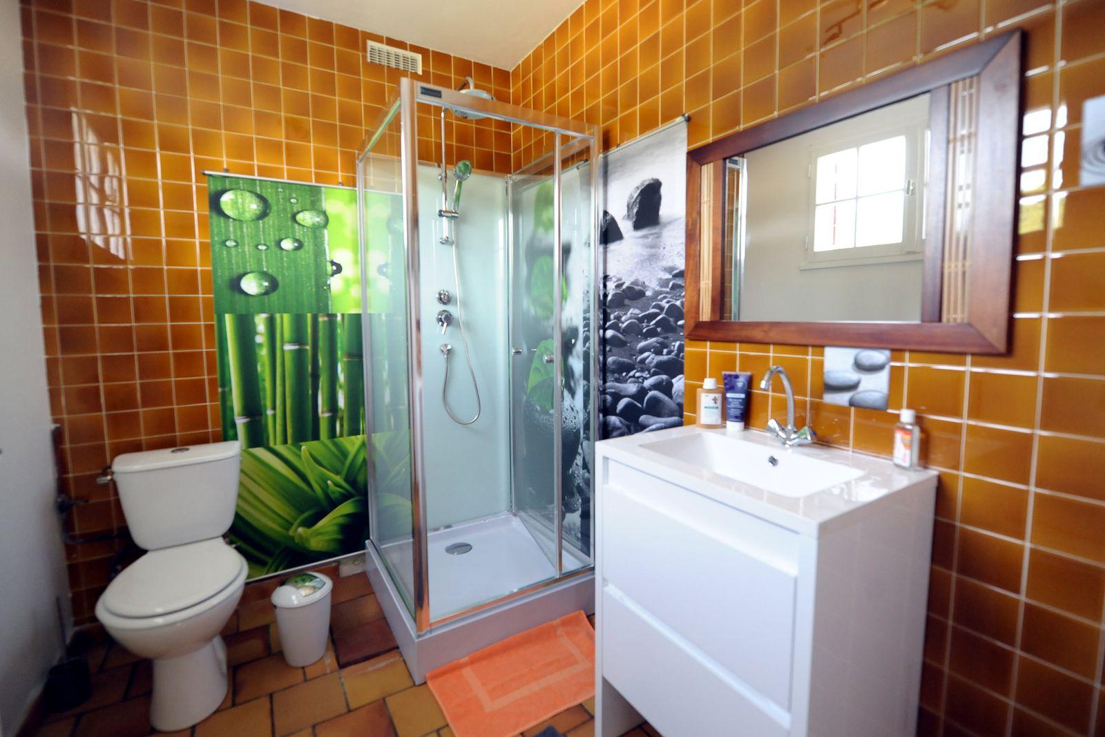 salle de bain seconde chambre rez-de-chaussé