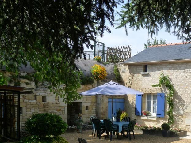 La Petite Carte : maison semi-troglodyte rénovée, jardin fleuri l'été.
