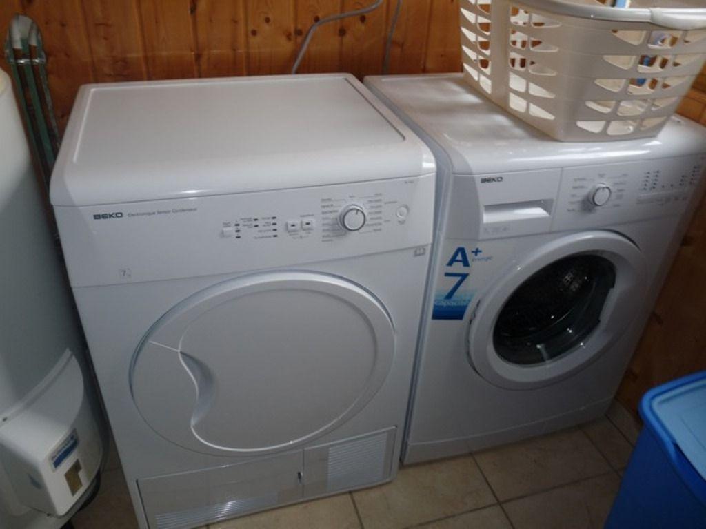 Lingerie : lave-linge et sèche-linge, nécessaire  entretien de maison.