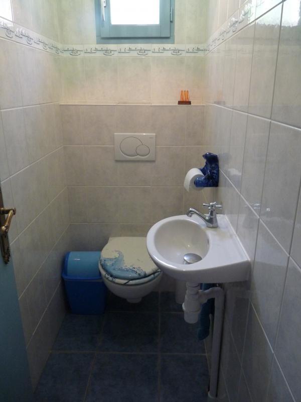 Coin toilettes : wc à côté de la chambre avec TV.