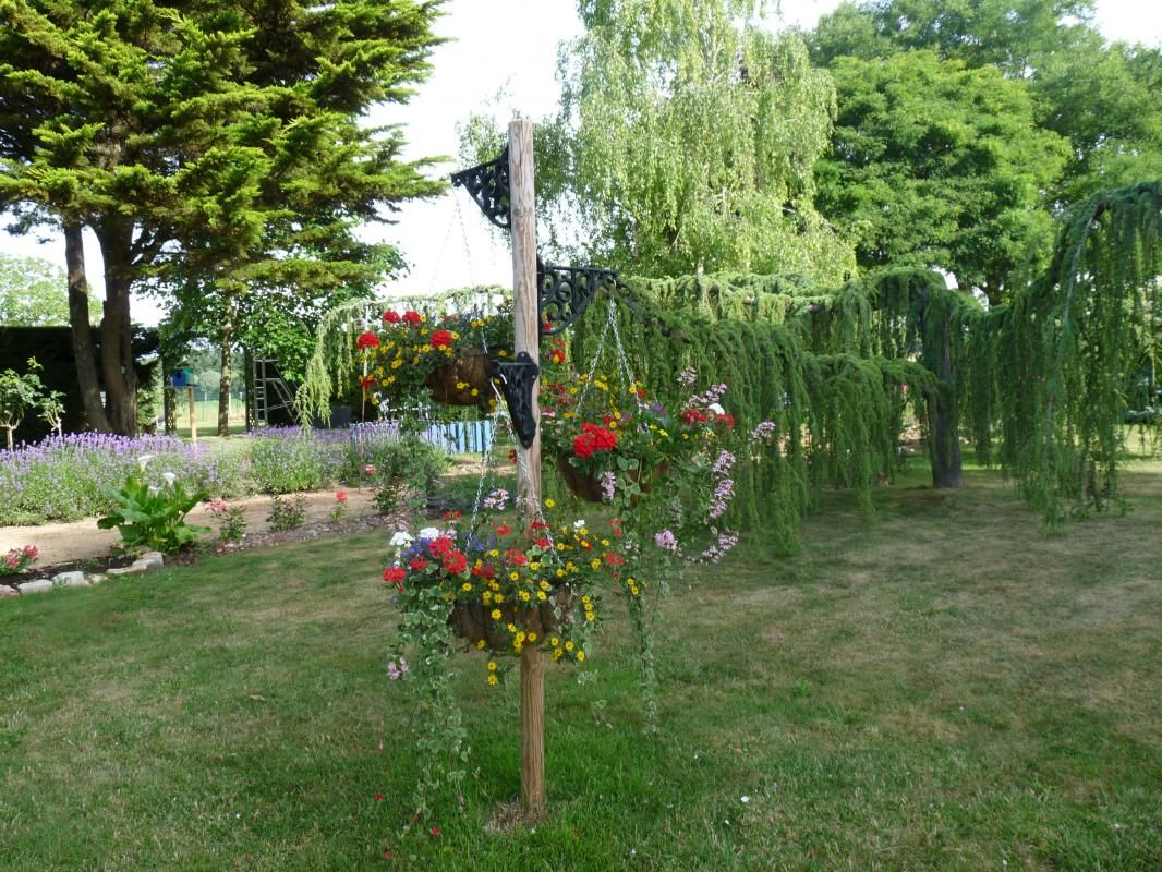 Parc et terrain communs avec le propriétaire pour jouer ou se détendre au calme avec le chant des oiseaux....