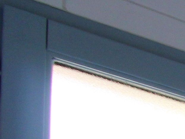 Salle d'eau : douche (sol antidérapant, barre de soutien,  robinet double-douche) une vasque, sèche-cheveux, miroir grossissant,chaise.
