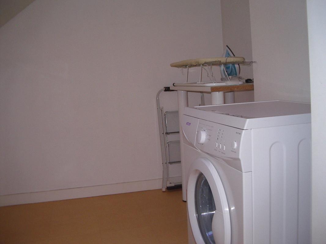 3ème niveau : lingerie  machine à laver, fer à repasser, planche à repasser;  Stockage des accessoires bébé : baignoire, chaise haute, lit parapluie, petit pot, réducteur de toilette, porte bébé ventral.