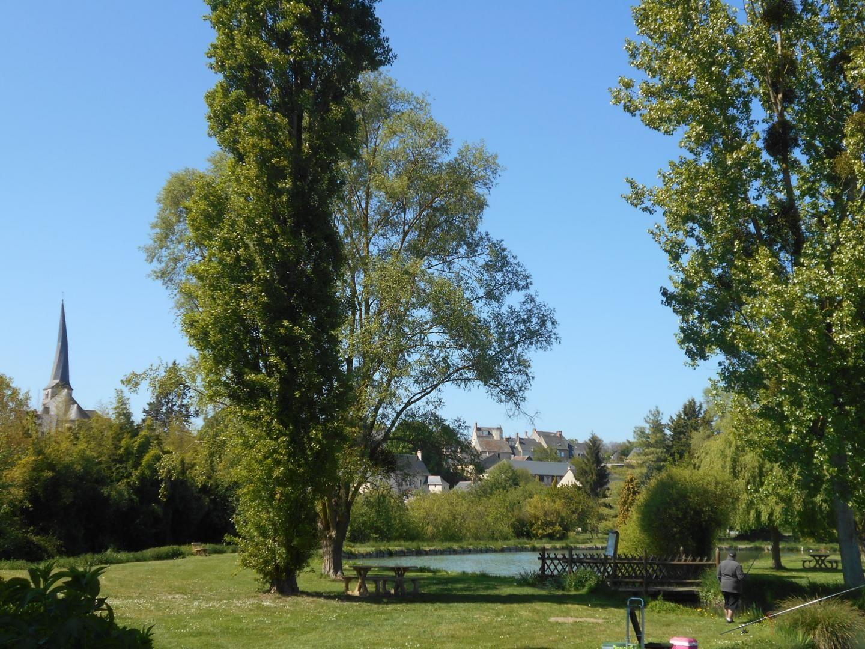 Le clocher et le plan d'eau du Vieil-Baugé