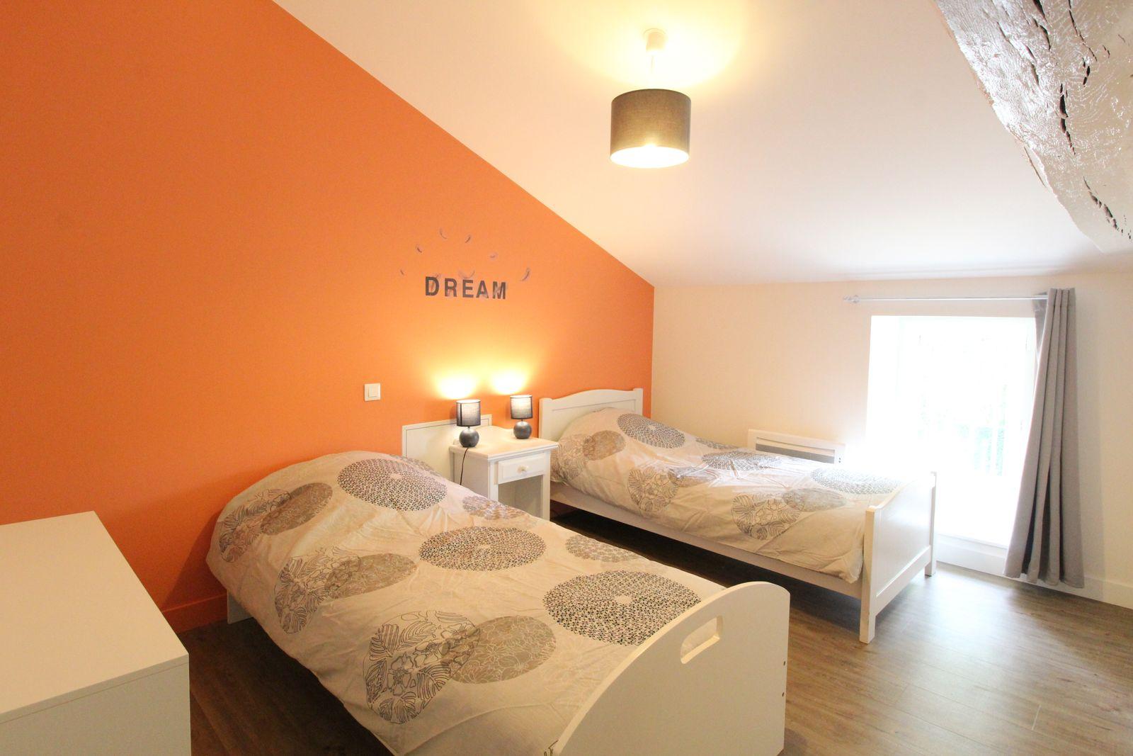 Chambre 1 à l'étage : 2 lits de 90 cm