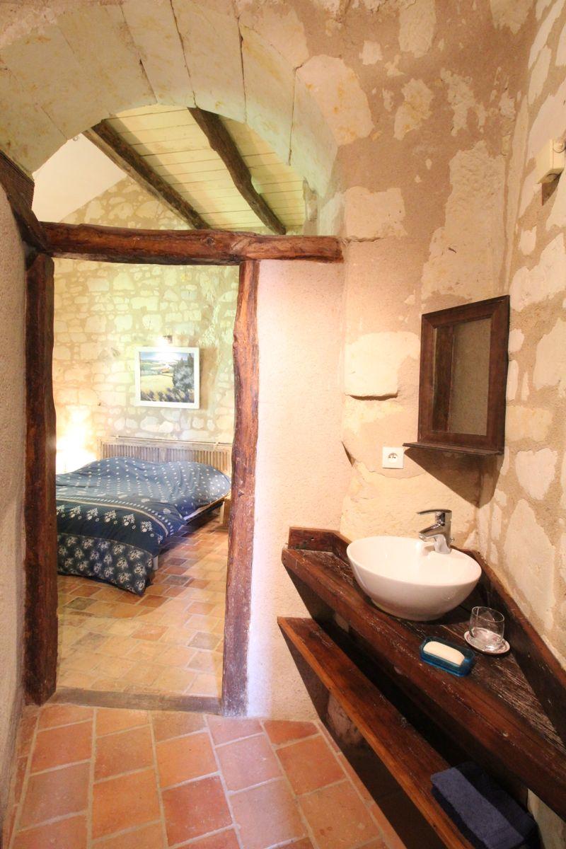 Salle d'eau privative à la chambre 1 du Troglo (lavabo, douche et wc)