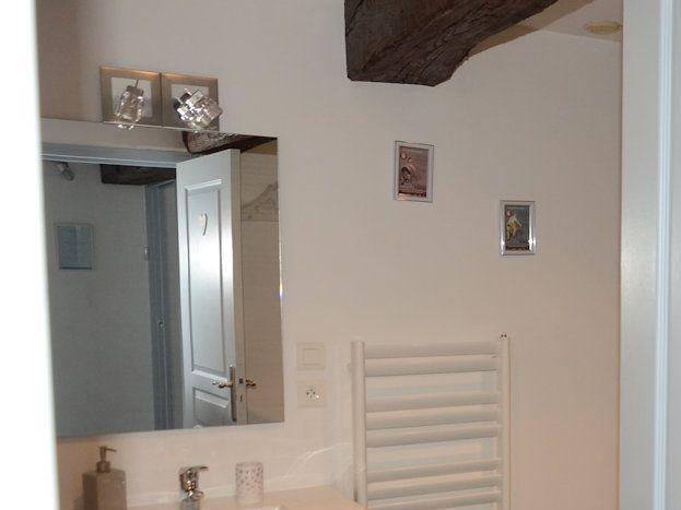 Grande salle de bains avec radiateur sèche serviettes