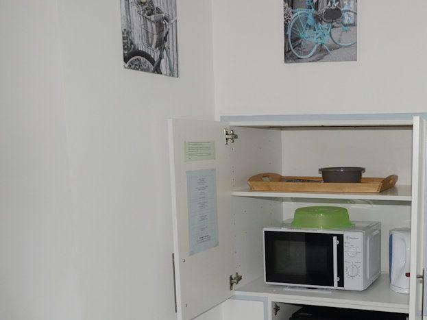 Mini réfrigérateur et micro ondes afin de vous faire réchauffer un plat, prêt de vaisselle possible