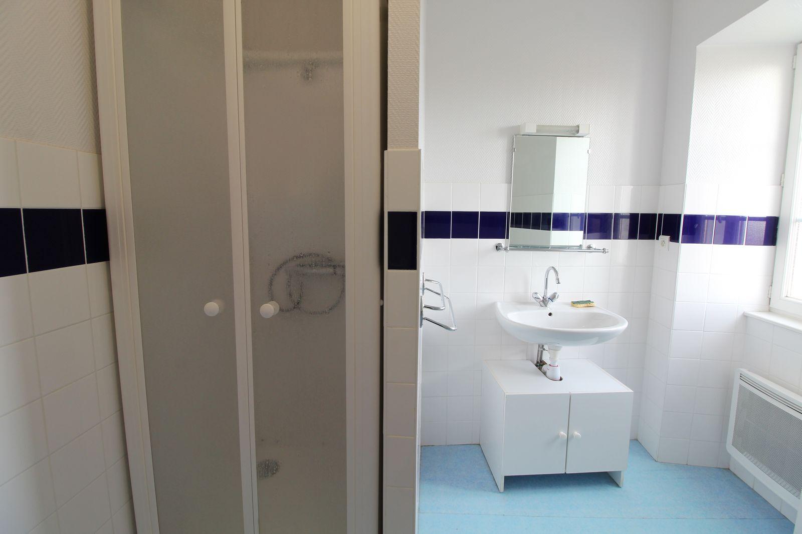 Salle d'eau avec wc chambre 2