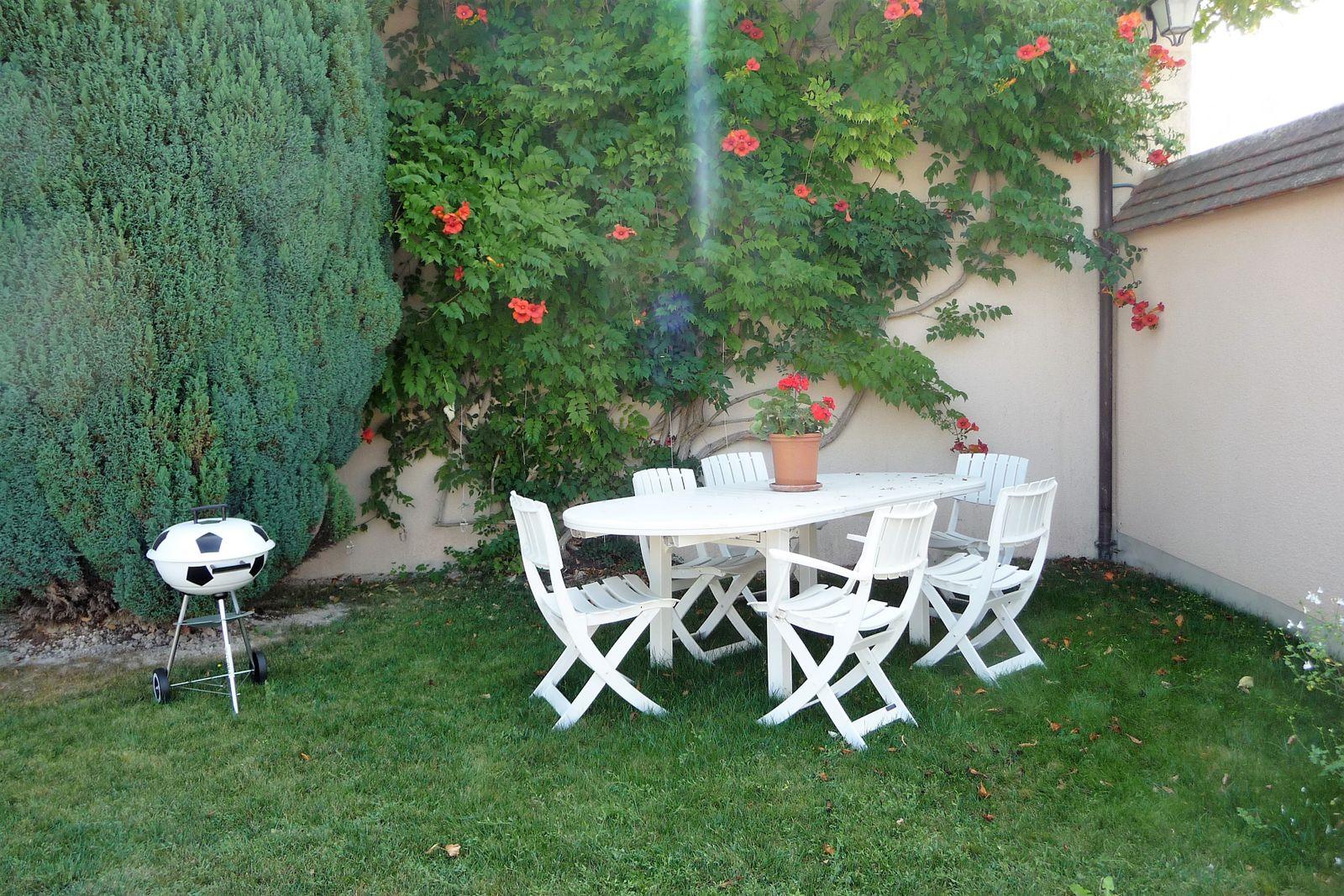 Jardin avec table et barbecue extérieur réservés à votre usage. Ensoleillement maximum en fin de journée. 51G465 - Le Cabanon Champenois - Ambonnay - Gîtes de France Marne