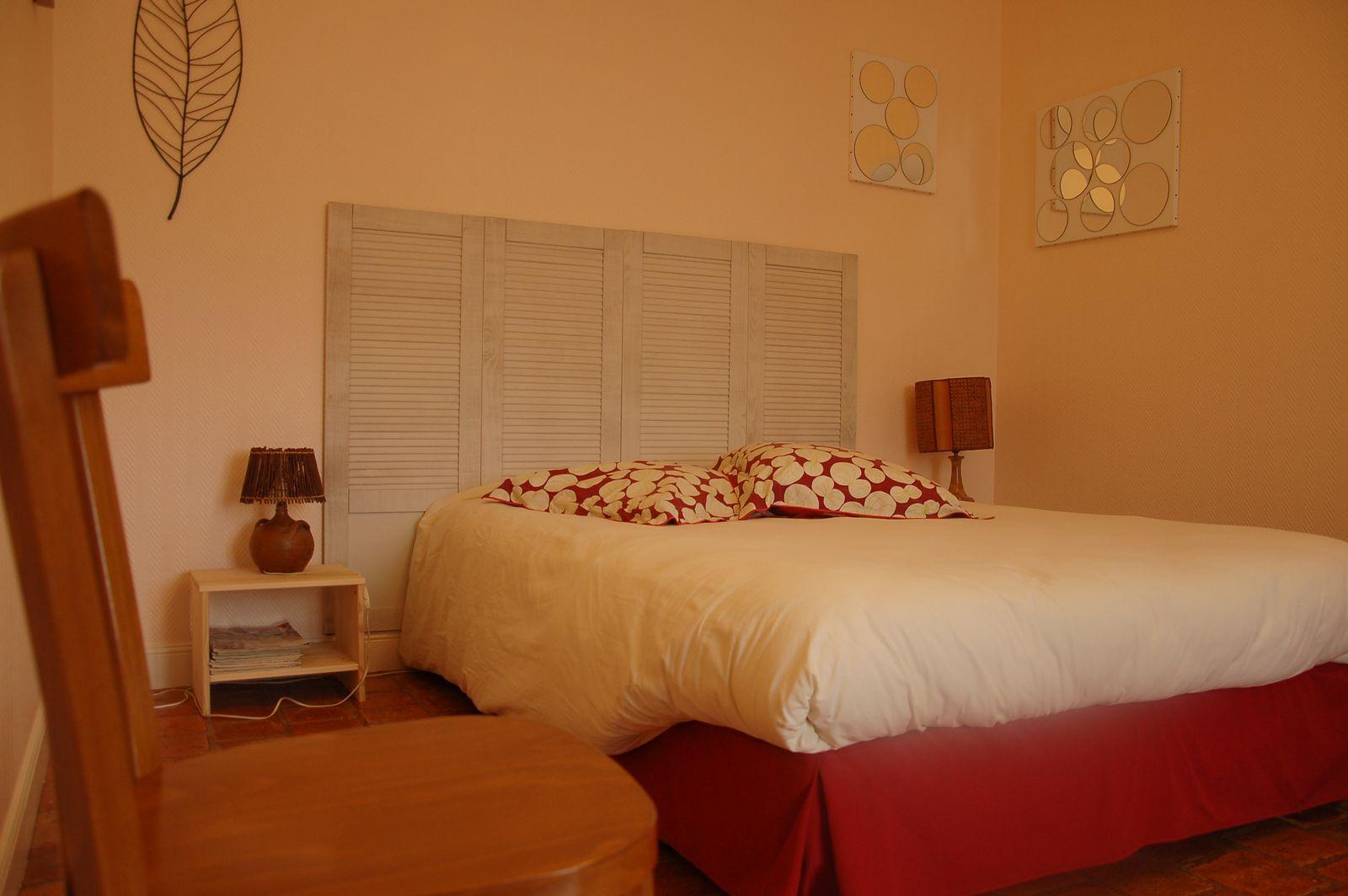 Chambre avec lit double en façade, rez-de-chaussée. 51G465 - Le Cabanon Champenois - Ambonnay - Gîtes de France Marne