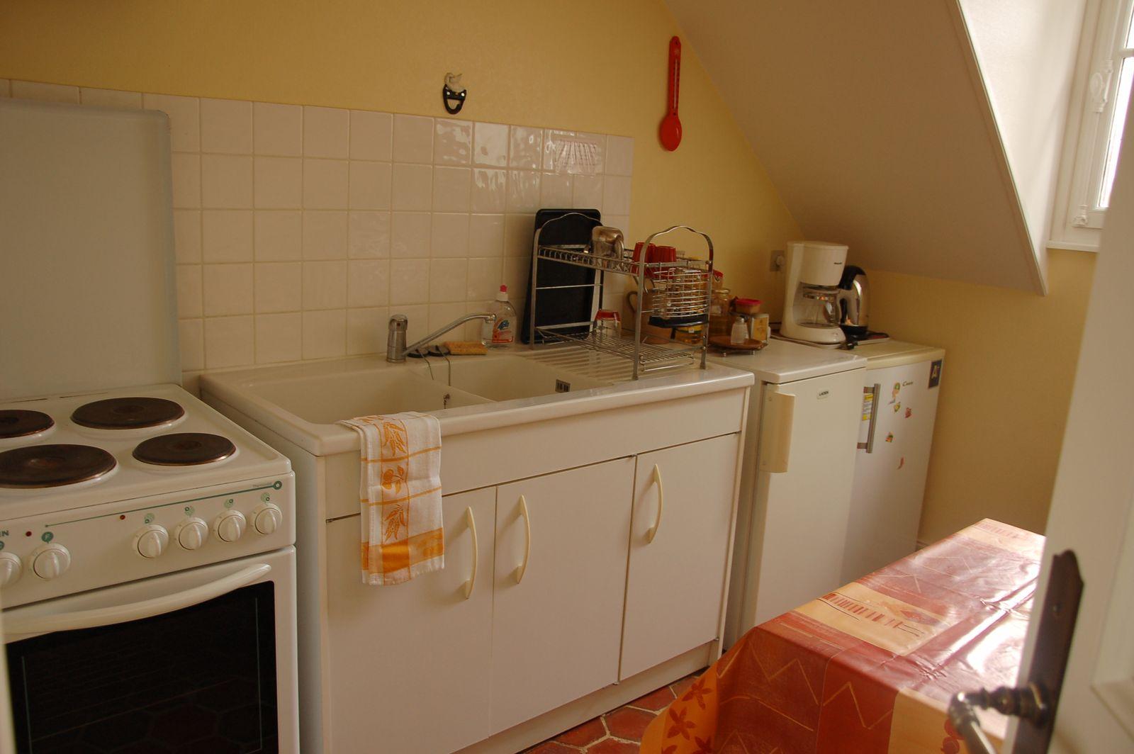 Cuisine équipée avec four, plaques et micro-onde, située à l'étage près de la pièce à vivre. Vue sur le vignoble. 51G465 - Le Cabanon Champenois - Ambonnay - Gîtes de France Marne