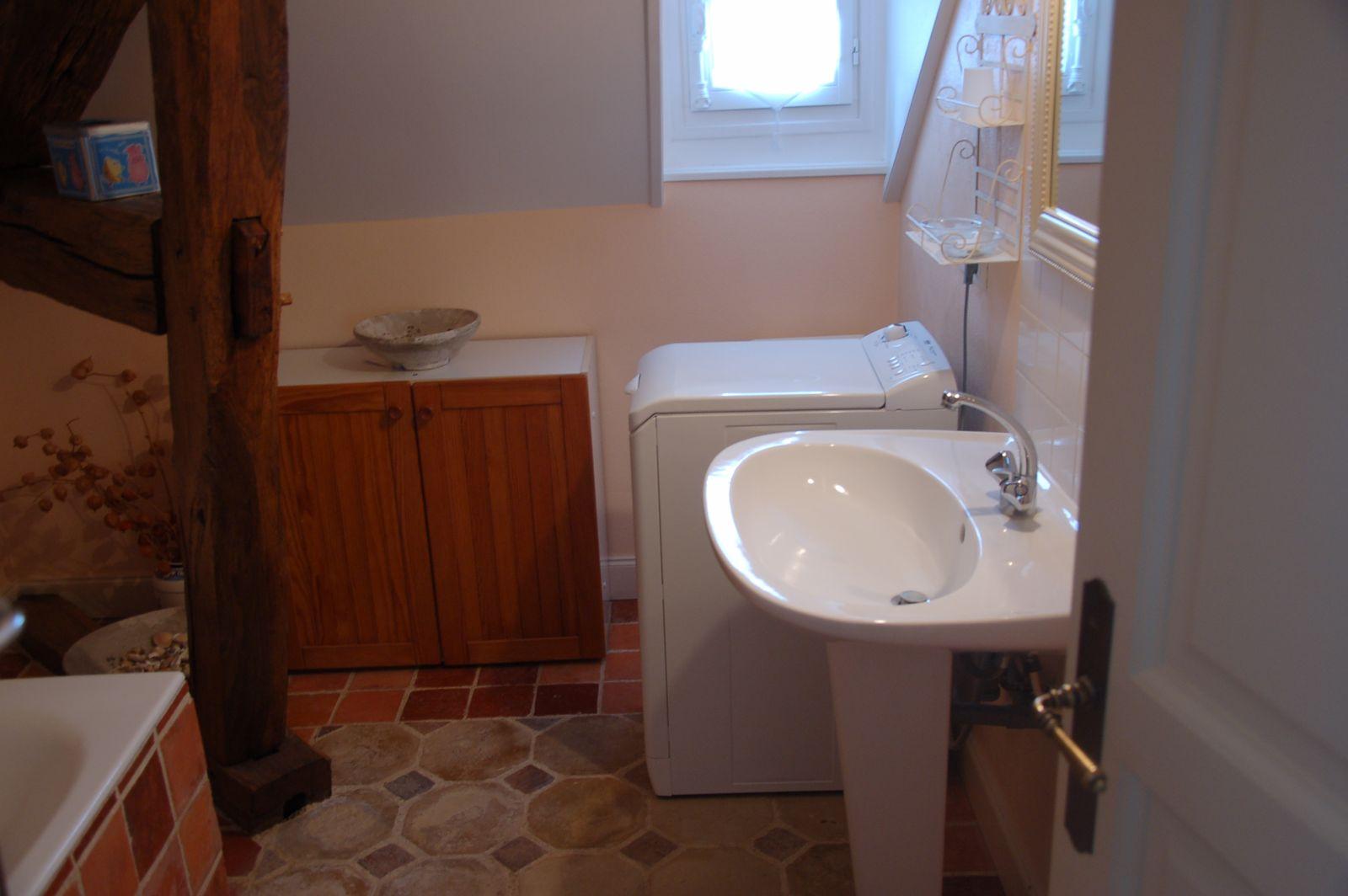 Salle de bain à l'étage avec baignoire, lavabo et machine à laver. Toilettes séparées à l'étage. Vue sur le vignoble. 51G465 - Le Cabanon Champenois - Ambonnay - Gîtes de France Marne