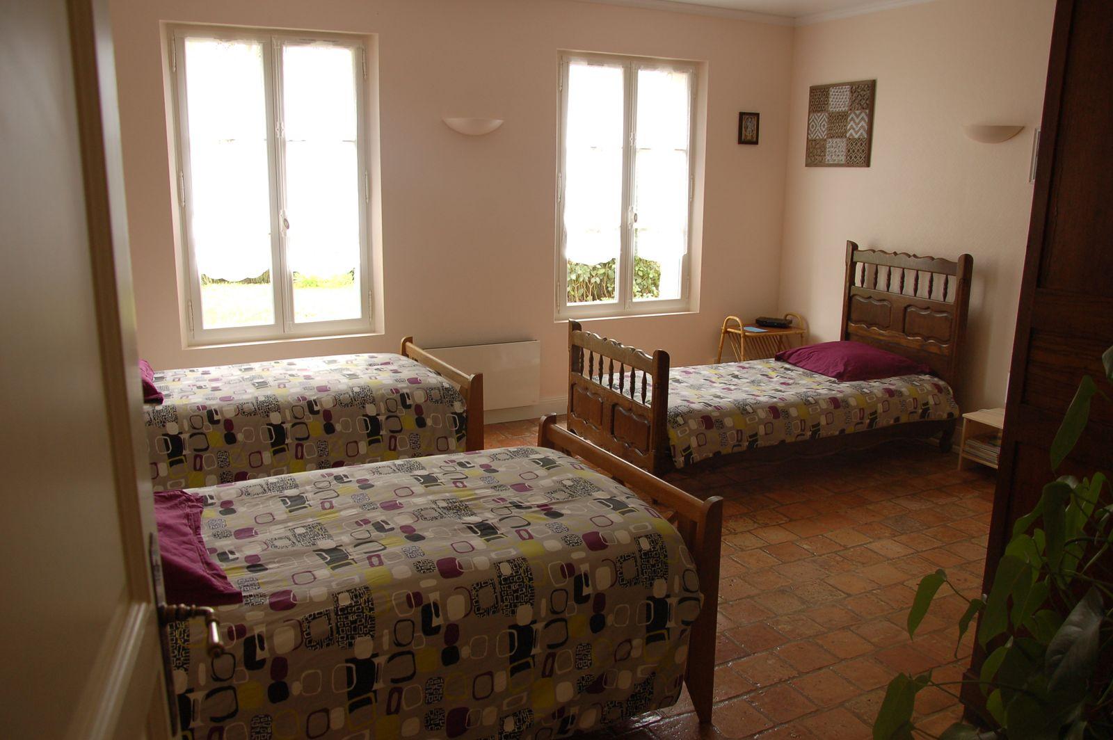 Chambre dotée de trois lits simples au rez-de-chaussée, côté jardin. 51G465 - Le Cabanon Champenois - Ambonnay - Gîtes de France Marne