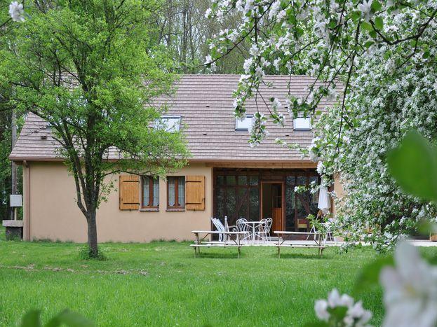 Façade sud-ouest : terrasse et terrain de jeux 51G1046 - Les Clés d'Emeraude - Outines - Gîtes de France Marne