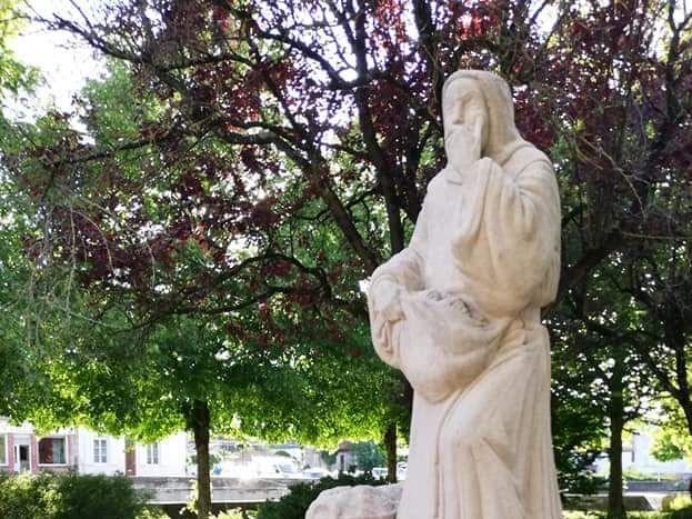 Statue Dom Pérignon à Sainte-Menehould  (5km de La Neuville au Pont)