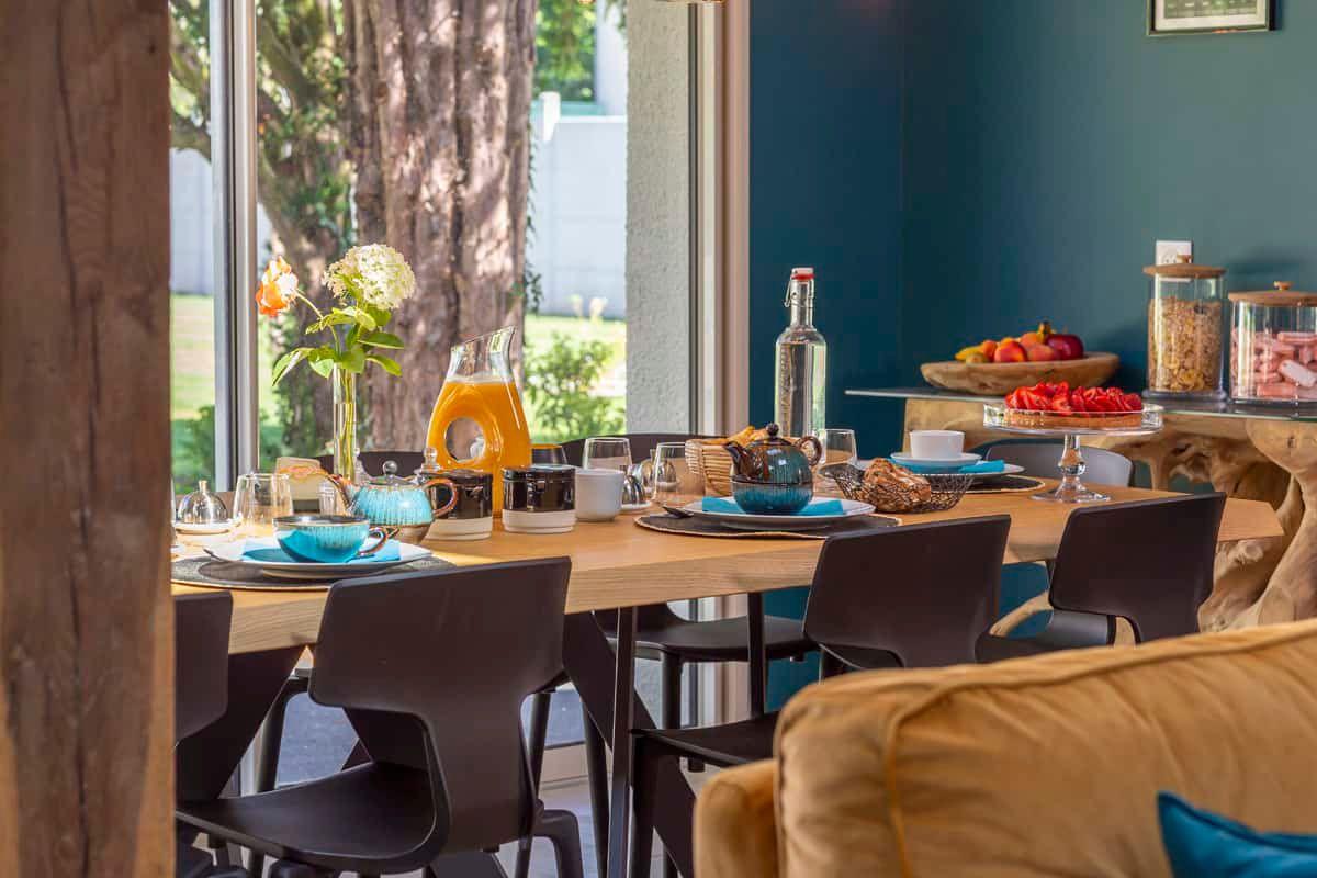 Qu'il soit servi à la table dans la grande pièce de vie ou sur la placette arborée du jardin lorsque le temps le permet, l'ambiance autour du petit déjeuner à la française est toujours gourmande et conviviale.
