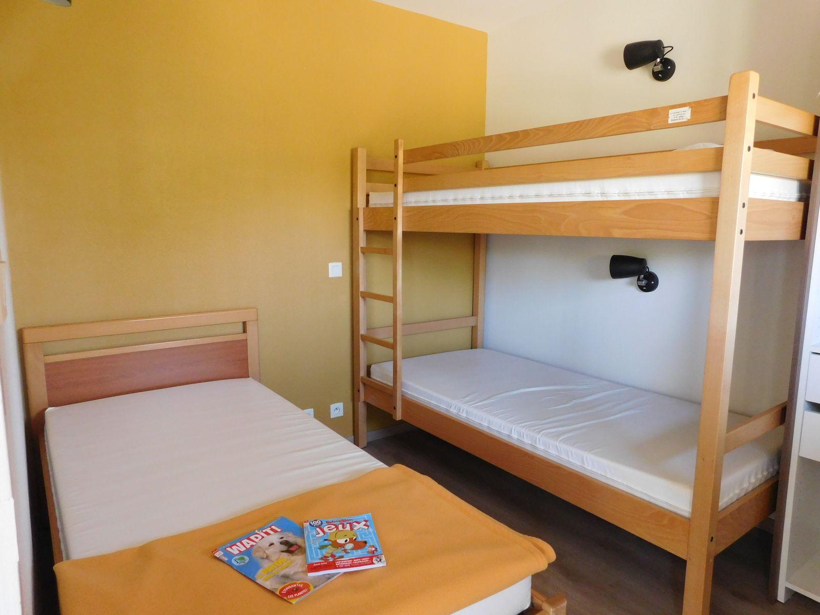 Chambre avec lit simple et superposé